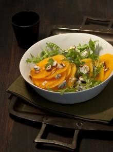 Carpaccio di cachi con gorgonzola piccante, rucola e nocciole