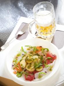 Il carpaccio di pesce con patate e pesto di rucola