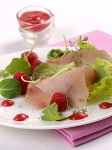 Carpaccio di pesce spada con salsa agra di lamponi
