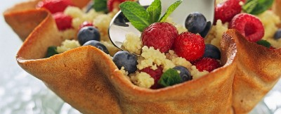 cestino-croccante-ripieno-di-cuscus-ai-frutti-di-bosco