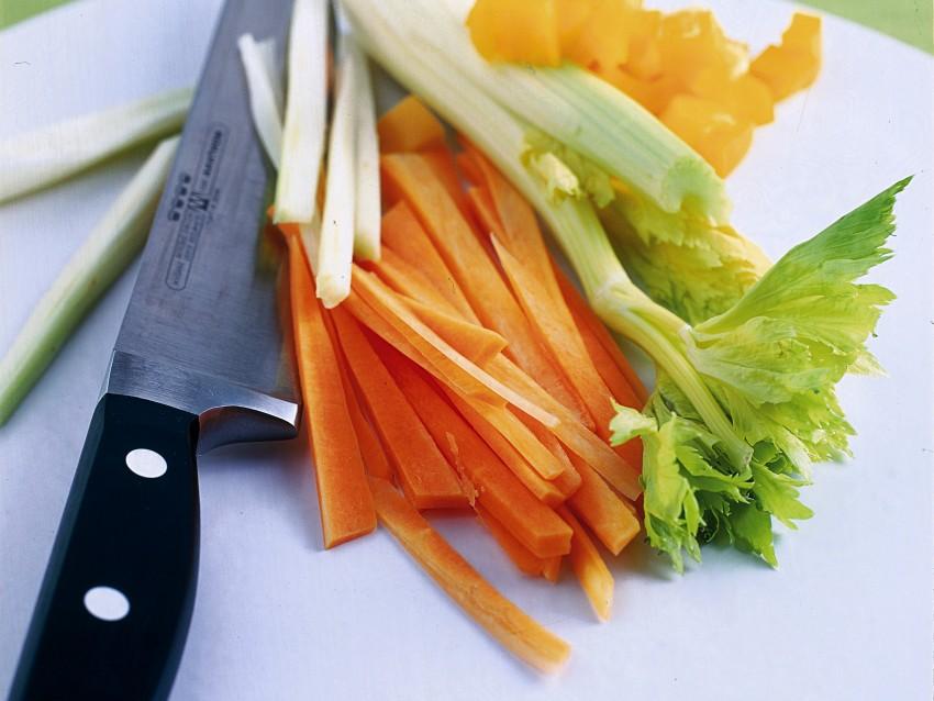 cicoria-calda-con-carote-e-peperoni