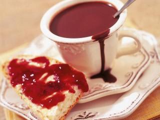 cioccolata-calda-con-pane-burro-e-marmellata
