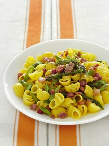 Conchiglie di mais con uova, asparagi e bacon