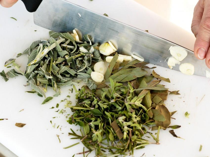 coniglio-con-olive-e-pinoli-alla-ligure