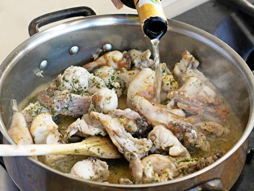 coniglio-con-olive-e-pinoli-alla-ligure immagine