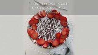 La crostata con fragole, cioccolato bianco e cannella
