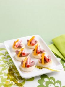 Crostini di polenta con salsa, salame e peperoni