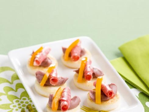 crostini-di-polenta-con-salsa-salame-e-peperoni