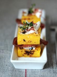 Crostoni di polenta con bresaola e ricotta al ginepro