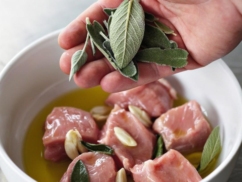 cubi-di-vitello-marinato-alla-salvia-con-asparagi ricetta
