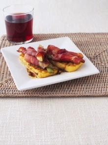 Bruschette di polenta con cipollotti, speck e aceto balsamico
