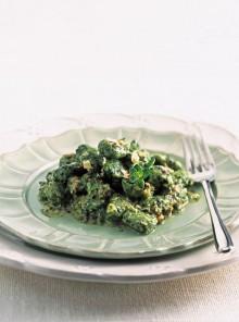 Gnocchi di spinaci e bietole con zola e nocciole