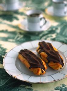 Gli eclairs farciti con crema al cioccolato