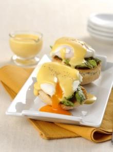 Eggs Benedict con le punte di asparagi