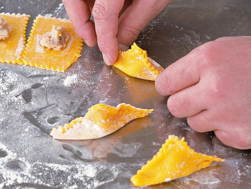 fagottini-alla-faraona-in-salsa-ai-pistacchi foto