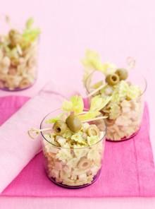 Le farfalline al pesto di sedano con scalogni, prosciutto cotto e olive verdi