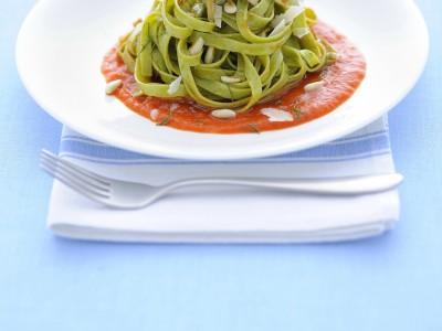 fettuccine-verdi-con-salsa-di-peperoni-e-pollo ricetta