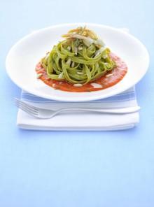 Le fettuccine verdi con salsa di peperoni e pollo