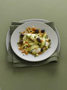 Filetti di orata in guazzetto di zucchine, olive e pomodoro