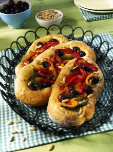 Focaccia alle olive con peperoni e pinoli