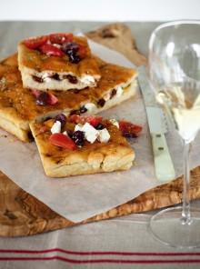 Focaccia doppiata con olive marinate