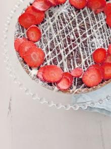 Crostata con fragole, cioccolato bianco e cannella