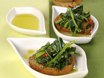 friselle-con-foglie-aglio-e-peperoncino