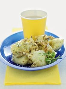 Le frittelle di pasta cresciuta con zucchine e semi di finocchio