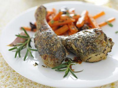 fusi-di-pollo-aromatici-con-carote-alle-olive