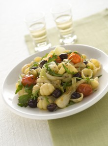 Le conchiglie con cipollotti, pomodorini, rucola e olive