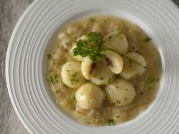 gnocchi-di-patate-con-le-acciughe-in-salsa-di-cipolle
