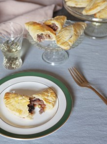 Le hand pie alle cipolle caramellate