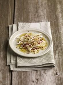 L'insalata belga e pere con vinaigrette alle noci