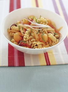 Insalata di pasta con melone, cipollotti e speck