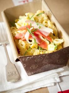 Insalata di pasta con fiori di zucca