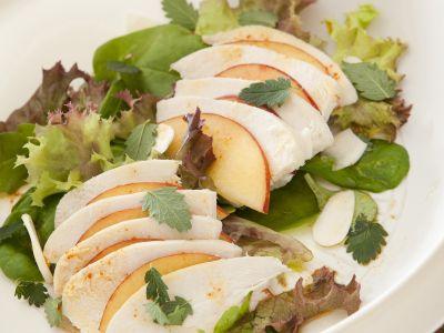 insalata di pollo e pesche con le mandorle ricetta