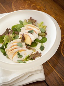 Insalata di pollo e pesche con le mandorle