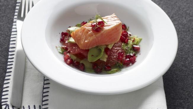insalata-di-salmone-scottato-con-chicchi-rossi