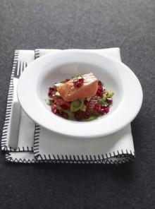 Insalata di salmone scottato con chicchi rossi