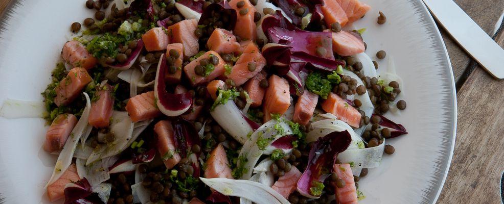 Insalata tiepida di finocchi, lenticchie e salmone con vinaigrette alla senape