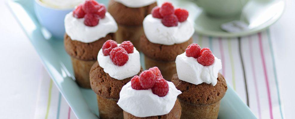 mini-muffin-ai-lamponi-con-panna-montata