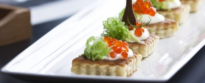 mini-pancake-con-cavolo-cappuccio-panna-acida-e-uova-di-salmone