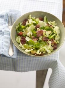 Misticanza con bacon, uva e gruyère