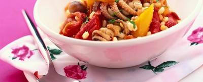 orzo-in-insalata-con-polpetti-peperoni-e-pomodori