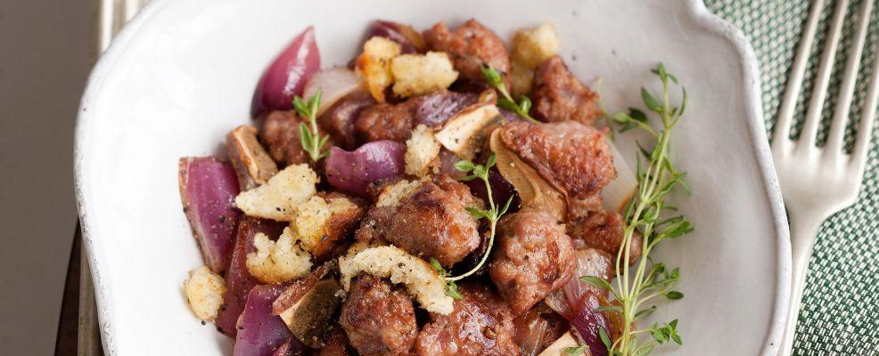 padellata-di-salsiccia-cipolla-e-pane-croccante-ai-funghi