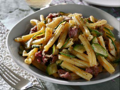 pasta-con-zucchine-e-salamelle ricetta