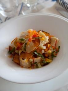 La pasta fredda con peperoni, melanzane e frutta secca