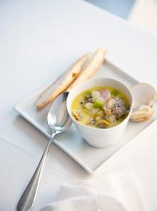 Zuppa chowder con vongole e tartufi di mare