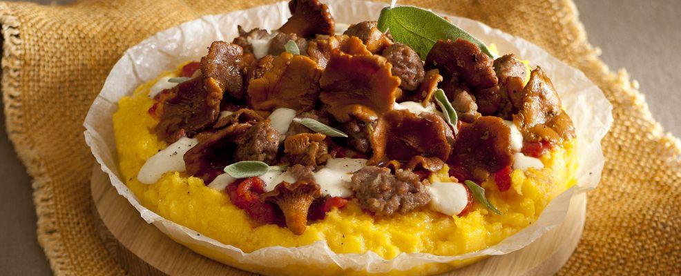 pizza-di-polenta-con-finferli-e-salsiccia