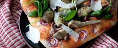 pizza-ortolana-con-carciofi-spinaci-e-raspadura